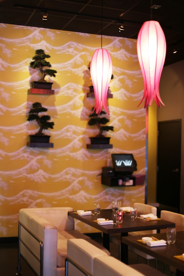 Sushi Pop Oviedo - playful interior, lovely lighting and decor
