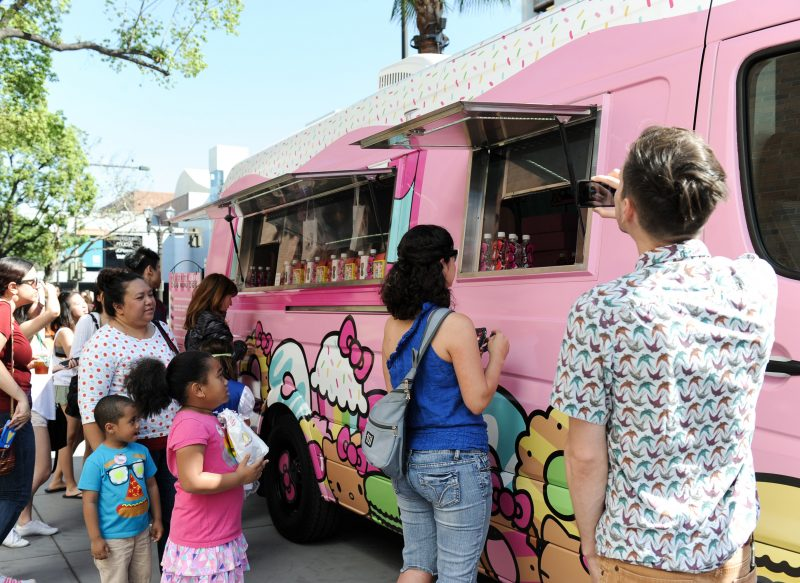 49-hello-kitty-cafe-truck-crowd